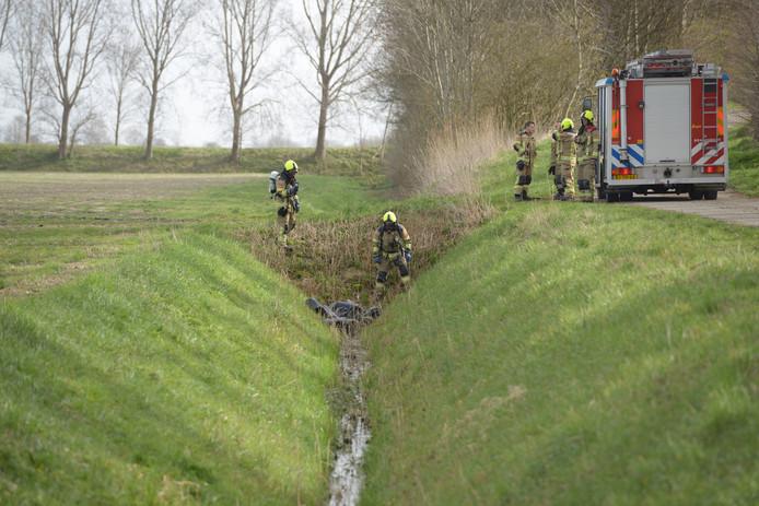 De brandweer onderzoekt hoe gevaarlijk de inhoud van de jerrycans is.