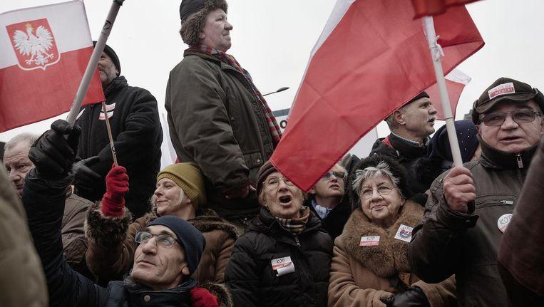 Demonstranten betogen in Warschau tegen de mediawet, januari 2016. Beeld Daniel Rosenthal / de Volkskrant
