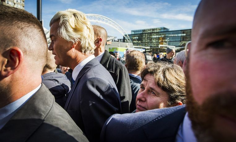 Ook Marjolein Faber, PVV-lid van de Eerste Kamer en hier achter een bodyguard, was bij de start van de campagne. Beeld anp