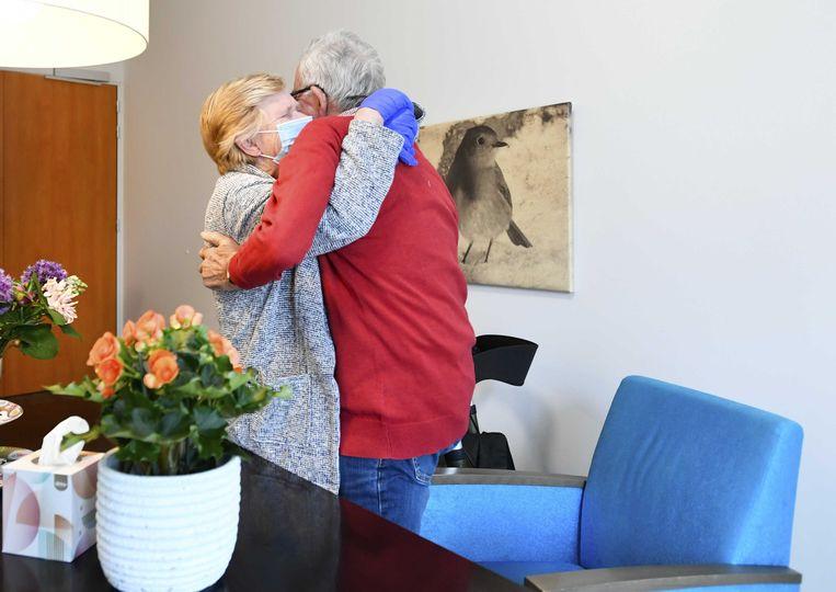 Een bewoner van verpleeghuis Honinghoeve in Nijmegen krijgt bezoek van zijn vrouw. Het verpleeghuis doet mee aan een proef waarbij ouderen weer mondjesmaat bezoek mogen ontvangen. Door het voorzichtig te proberen wordt gekeken op welke manier het risico op besmetting met het coronavirus zo klein mogelijk blijft. Beeld ANP