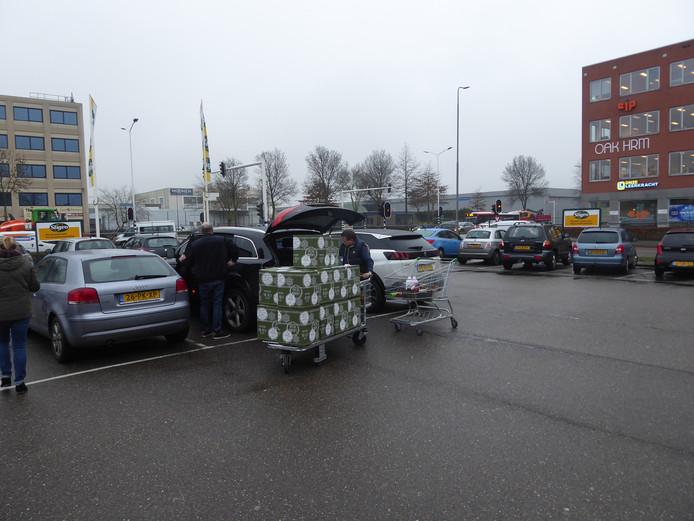 Klanten van Sligro sjouwen met kerstpakketten bij de vestiging in Den Bosch.