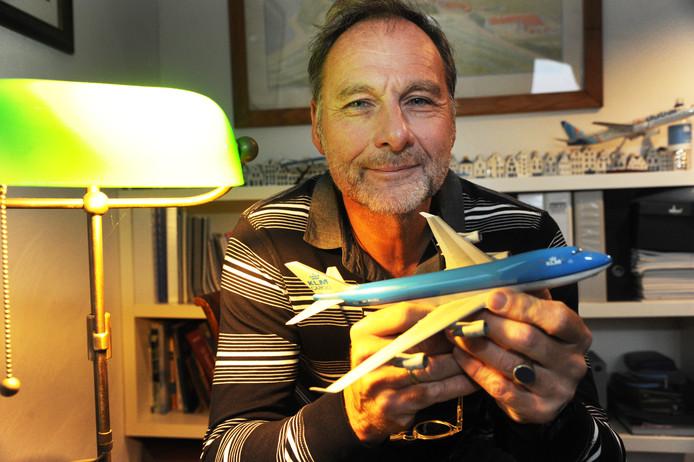 Peter Bakker liet zijn Boeing 747 in recordtempo van New York naar Amsterdam vliegen, hetzelfde type toestel als hij in zijn hand heeft.