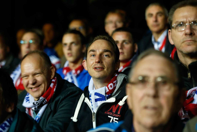 Supporters van Urk op de tribune bij de bekerwedstrijd tegen Ajax.