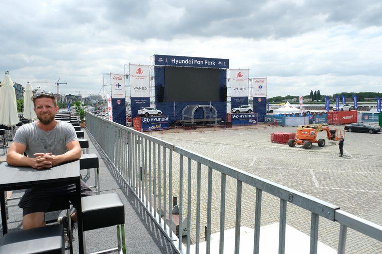 Organisator Pieter Verhoeven stelt het grootste WK-scherm van 't Stad op aan de Scheldekaaien.