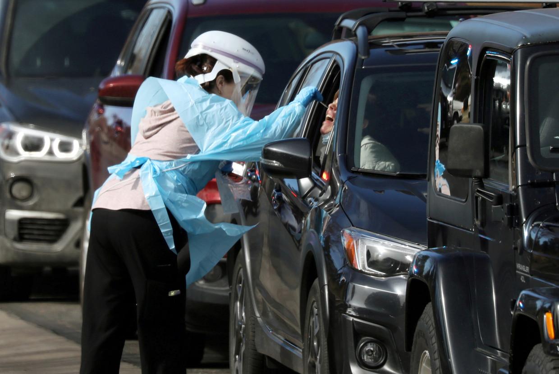 Zorgpersoneel test automobilisten in een mobiel testcentrum in Denver, Colorado.