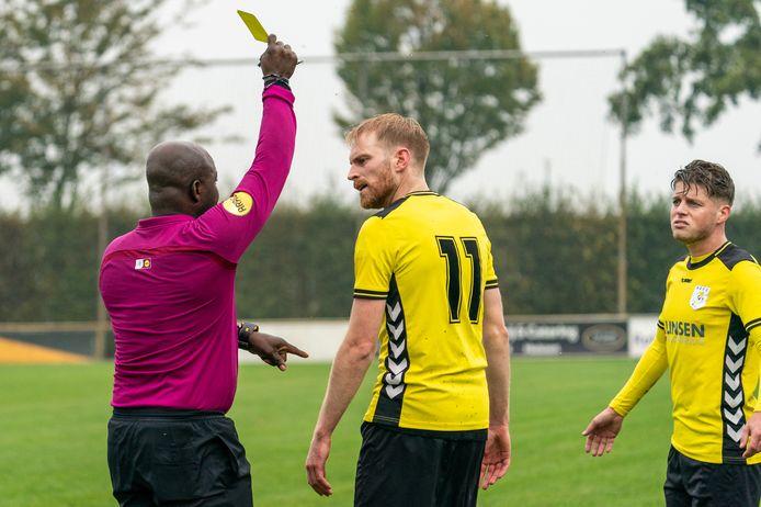 Thijs Barten van HAVO krijgt een gele kaart van scheidsrechter Christian nadat hij heftig reageerde op een beslissing, eind vorig jaar.