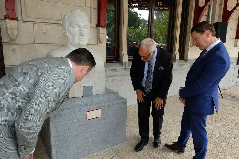 Burgemeester Bart De Wever onthult het borstbeeld van oprichter Jans Frans Loos.