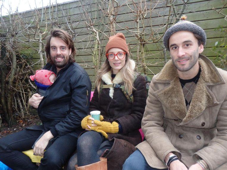 Buurtbewoners Teun Castelein en Peggy de Jonge en vrijwilliger Sil Zijlstra (vlnr). De trotse vader: 'Dit is het eerste mediaoptreden van Cato.' Beeld Schuim