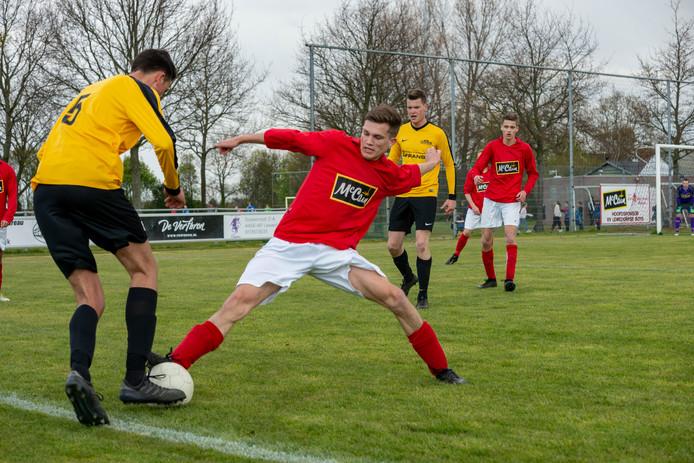 Hoedekenskerke/Kwadendamme (gele shirts) in actie tegen Lewedorpse Boys.
