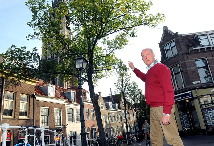 Hans Bodegom bij de boom aan de Voldersgracht die weg moet.
