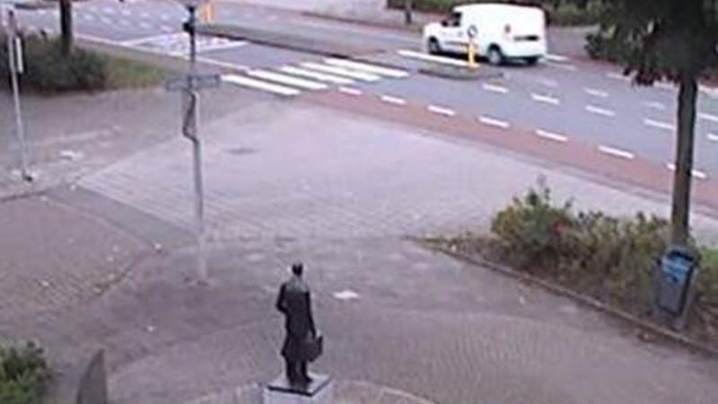 De witte bestelauto die vermoedelijk als vluchtauto is gebruikt na de moord op advocaat Derk Wiersum.