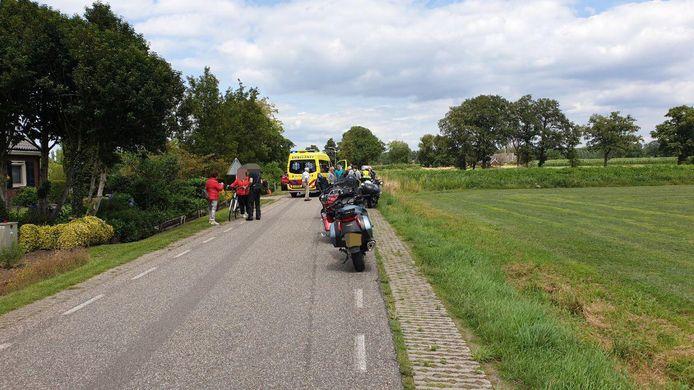 Hulpdiensten in Westendorp na het ongeluk met de motorrijder.