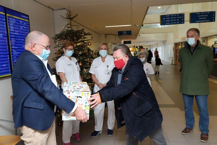 Willem Heijdacker overhandigt hier namens de stichting Acute Zorg Voorne-Putten en Rozenburg een doos vol 'duimen' aan bestuurder Paul van der Velden van het Spijkenisse Medisch Centrum.