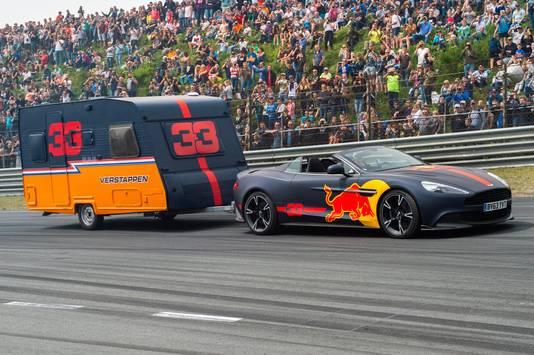 De caravanrace tussen Max Verstappen en Daniel Ricciardo vorig jaar.