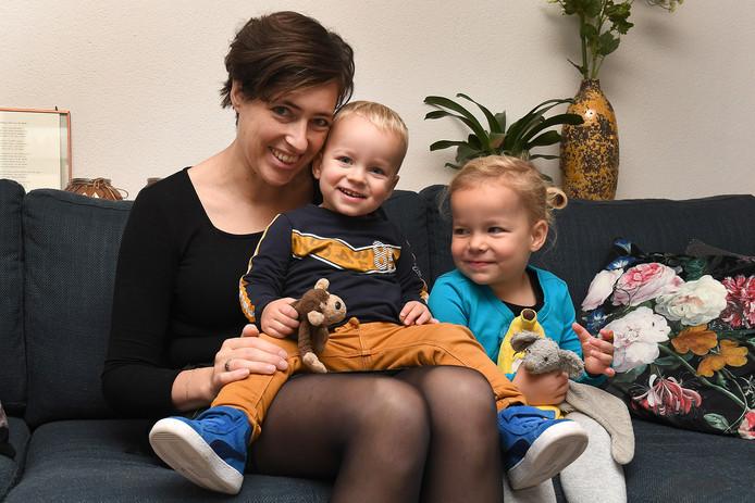 Anke Verweijen met haar kinderen Robin en Timo