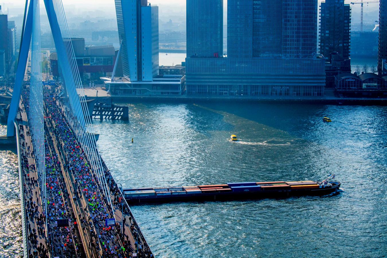 Lopers gaan over de Erasmusbrug tijdens de marathon van Rotterdam in 2019.