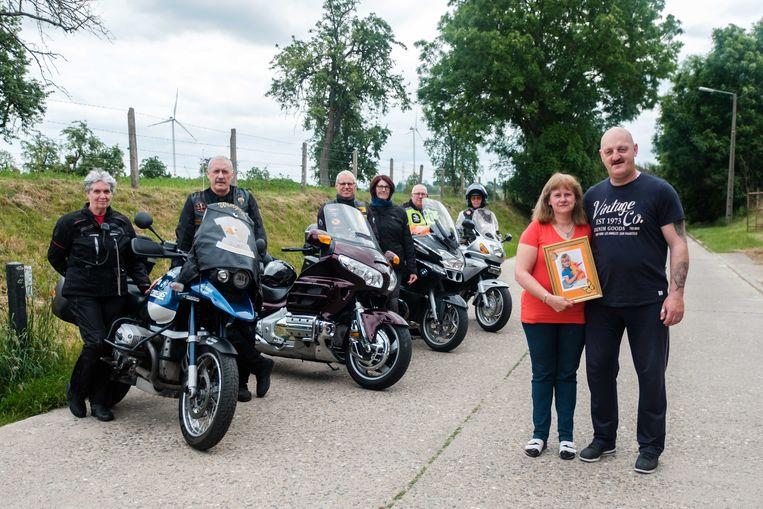 Ouders Elsje Willems en Patrick Vanluyten met enkele bevriende motorrijders. Om hun verongelukte dochter Alina te gedenken, organiseren ze een motorrit  door Limburg.