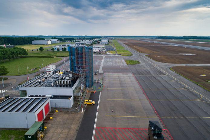 De ingepakte verkeerstoren van Lelystad Airport.