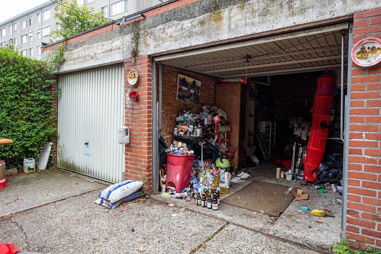 De leefomstandigheden zijn erg belabberd en binnenkort moet de man de garage verlaten.