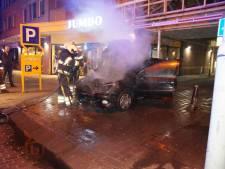 Auto vliegt spontaan in brand vlak voor de Jumbo in Vlijmen
