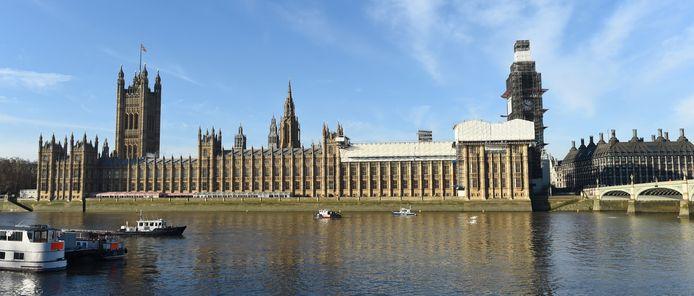 De rivier de Theems bij de Londense parlementsgebouwen, waar onderzoekers een constante cokestroom waarnamen.