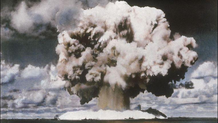 Een kernbom wordt tot ontploffing gebracht.
