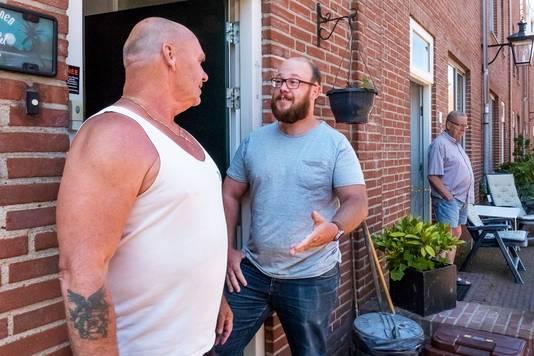Rob Vermeulen (in het midden) was de initiatiefnemer voor de onlineverkiezing van het ultieme Utregse woord. Op de foto is hij in gesprek met Eddy Stins, bewoner van wijk C.