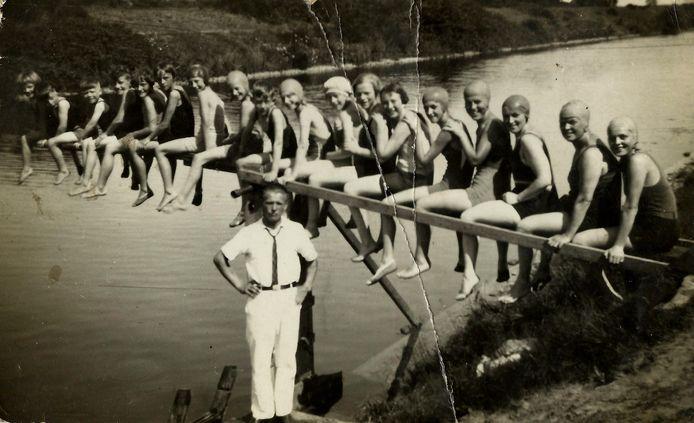 Deelnemers aan de zwemwedstrijden in het Wilhelminakanaal in de jaren dertig.
