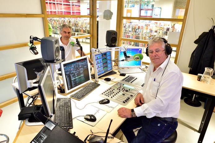 Presentator Paul Montfroy (r) en Eigenaar Garro Wiersema van Gouda FM.