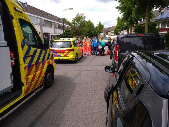 Hulpverleners ontfermen zich over het slachtoffer op de Veldweg in Veenendaal.