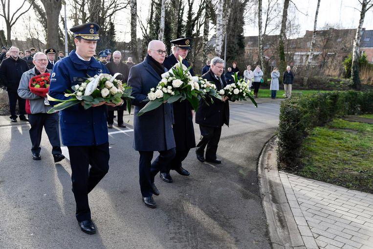 Onder meer burgemeester Piet Buyse kwam bloemen leggen aan het herdenkingsmonument.
