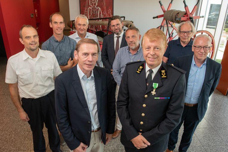 De afzwaaiende brandweerkapitein met de leden van de zoneraad van de Brandweerzone Vlaamse Ardennen.