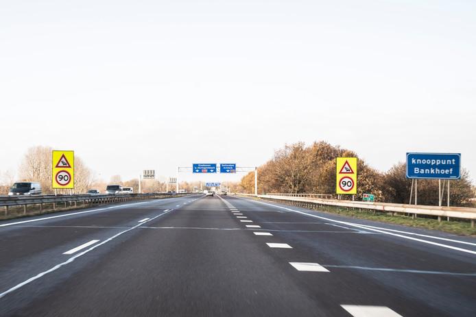 De afslag van de A326 richting Oss is van vrijdag op zaterdag dicht. Boven de weg worden waarschuwingsborden aangebracht.