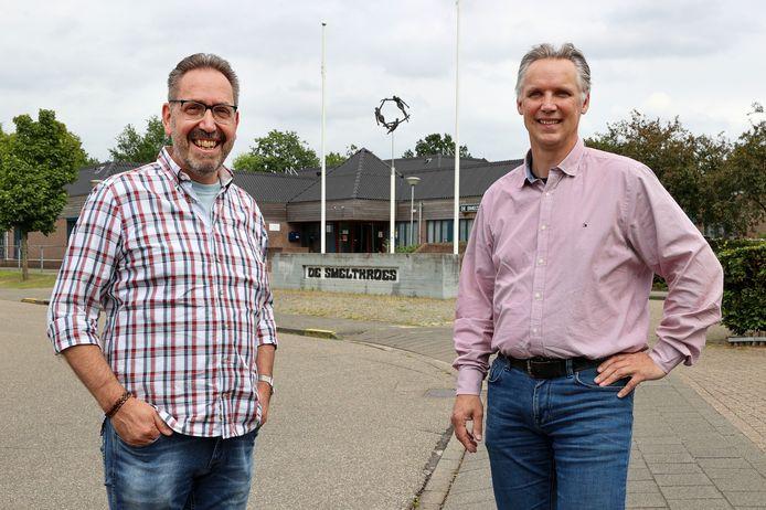 Tussen Jos Sweens (l) en Henk Versluis van de AK het beeld 'de drie Gratiën' dat ook in het nieuwe logo is verwerkt.