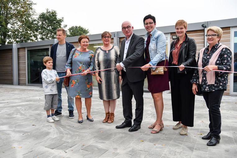 Burgemeester Piet Buyse knipt het lint door bij wijze van officiële opening.