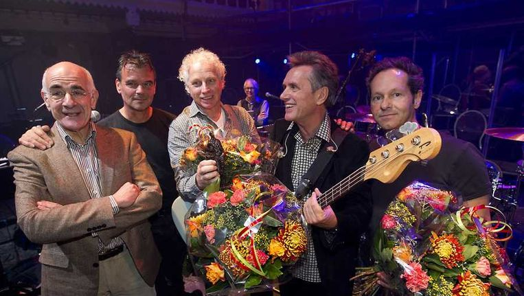 Doe Maar wint de Edison POP Oeuvreprijs. De prijs werd uitgereikt door Frits Spits (l). Beeld anp