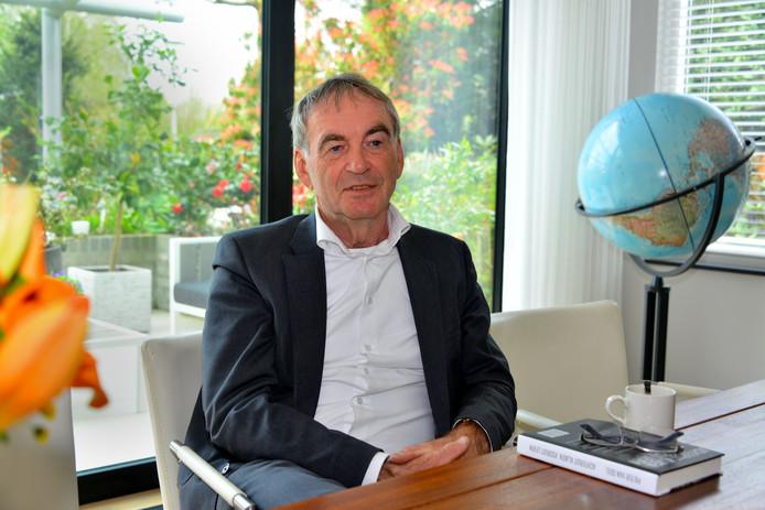 Oud-politicus Pieter van Geel licht 25 april in Lelystad het advies van 'zijn' commissie over de grote grazers in de Oostvaardersplassen toe.