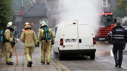 Bestelwagen vliegt in brand op parking in centrum