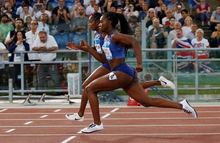 Elaine Thompson en Dina Asher-Smith in actie op de 100 meter in Rome.   Beeld Reuters