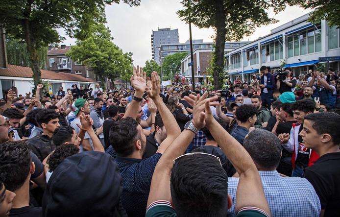 De menigte bij de Laleli moskee in Charlois.