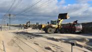 Ruimdiensten maken afgesloten kustbaan zandvrij