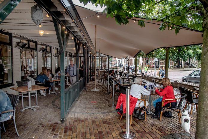 Rob Jansen van Hotel-Restaurant Spijker in Beek heeft al eerder tenten laten plaatsen om de gasten verder uit elkaar te kunnen zetten voor corona en droog te houden tijdens buien.