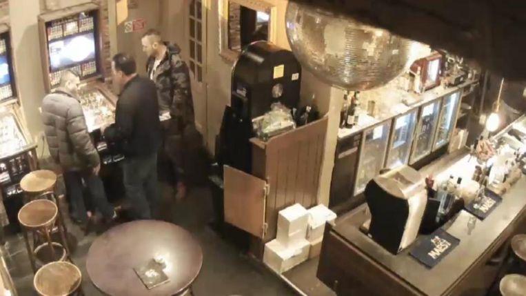 Drie mannen werden gefilmd in café 't Kafaat toen ze hun slag sloegen.