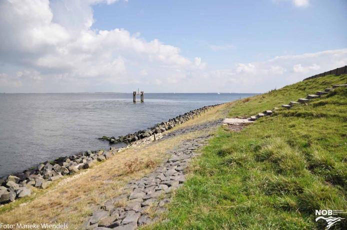 Op deze plek zou een nieuwe steiger moeten komen vanwege de vele val- en glibberpartijen van duikers die de Grevelingen in willen.