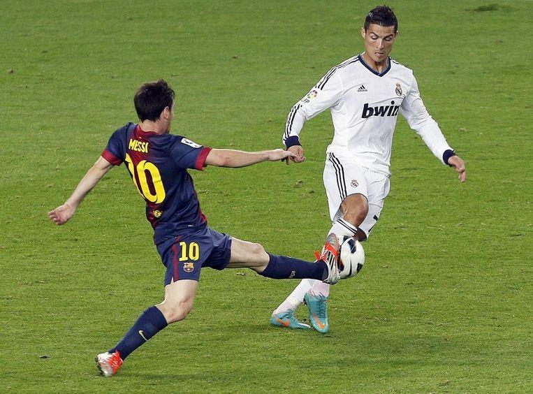 Duel tussen Lionel Messi (l) en Cristiano Ronaldo. Beeld epa