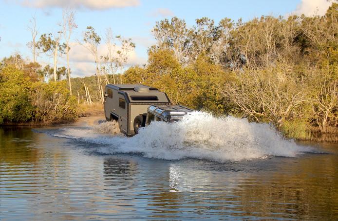 Net als een terreinauto laat de Bruder EXP-6 zich niet tegenhouden door een flinke plas water