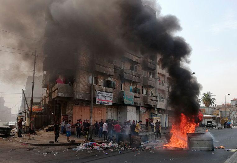 Demonstranten stichten brand in de Iraakse hoofdstad Bagdad.