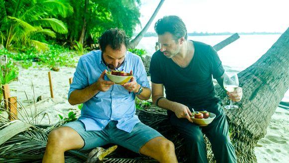 De eerste tussenstop van het onverwachte duo is Thailand. De chemie tussen de twee is er meteen, al wordt hun 'culinaire bromance' ook op de proef gesteld.