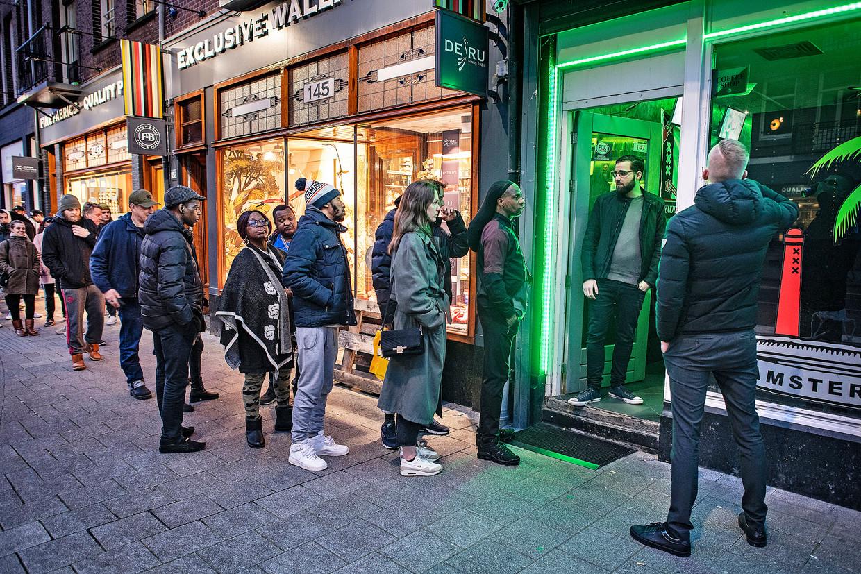 Een rij voor een coffeeshop op de Van Woustraat in Amsterdam.  Beeld Guus Dubbelman / de Volkskrant