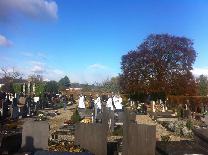 Zo'n honderd belangstellenden kwamen naar de begraafplaats in Tiel op Allerzielen